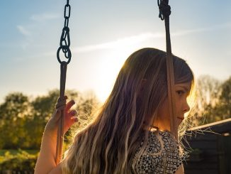 une fillette sur une balançoire