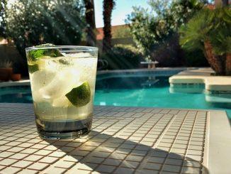 verre bu à la piscine